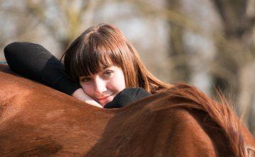 koń-kasztan-grzbiet-dziewczyna